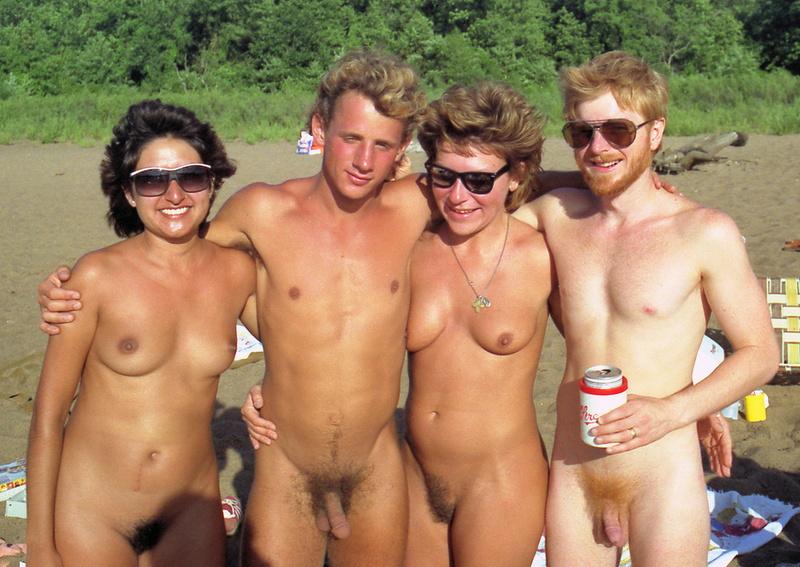 Нудисты, натуралисты, эксбиционисты и просто кучи голых людей (41 фото) на